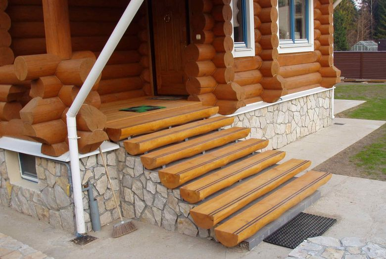 Вход в деревянный дом - крыльцо: фото